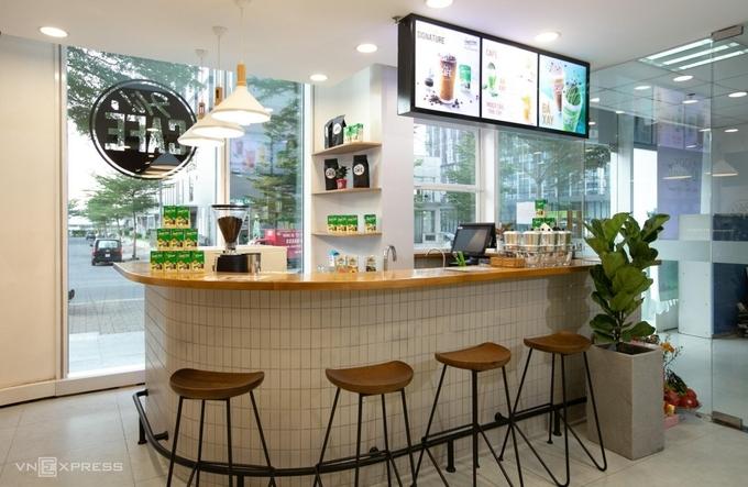 Một góc cửa hàng Hi-Café cạnh trụ sở chính của Vinamilk. Ảnh: Hồng Hạnh.