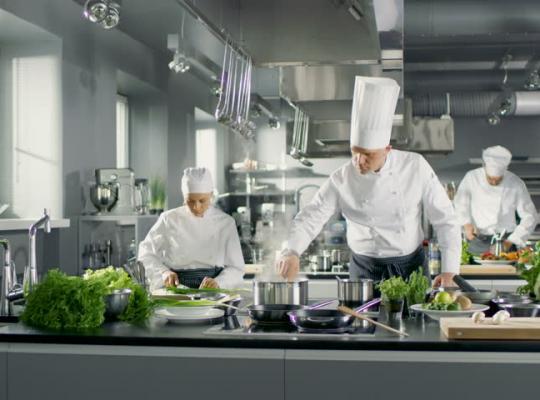 Bật mí từ chuyên gia: 9 quy tắc ngầm trong căn bếp nhà hàng